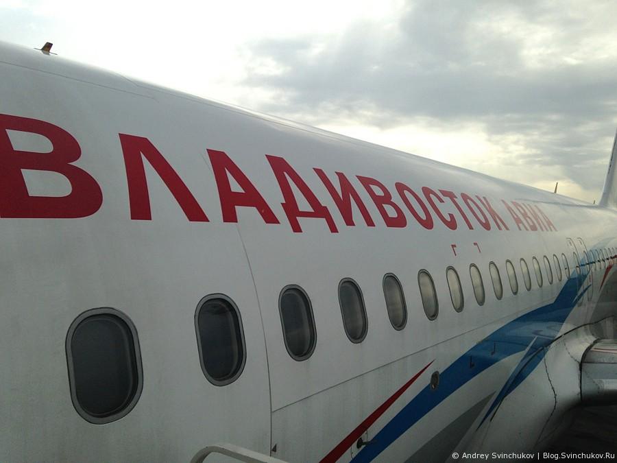 Самолеты в аэропорту Хабаровска и остров Сахалин сверху