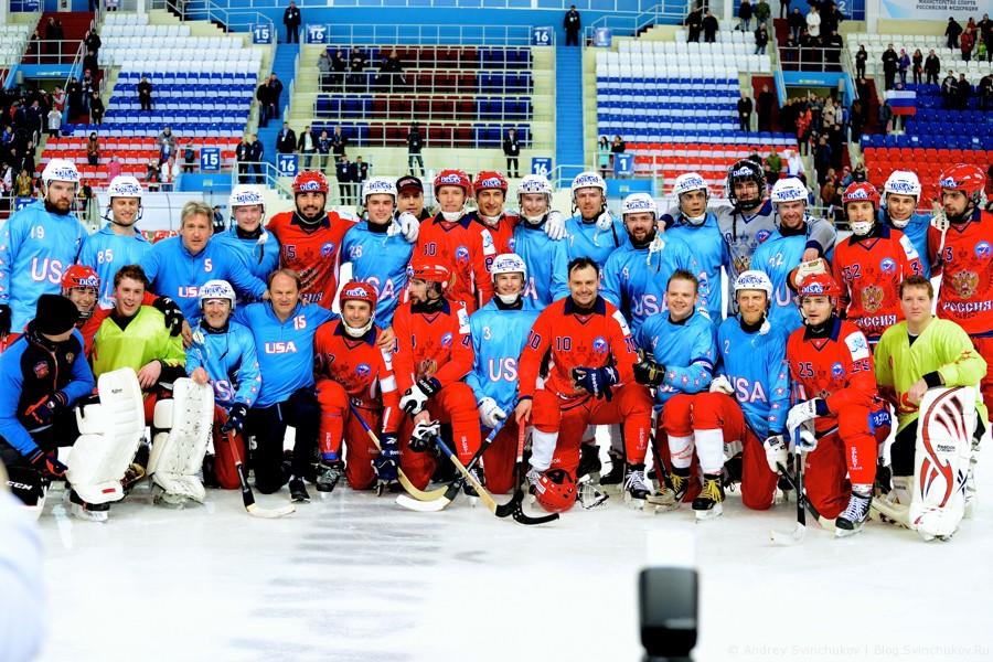 Групповое фото сборных России и США на Чемпионате мира по хоккею с мячом в Хабаровске